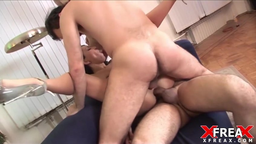 2 парня и девушка занимаются сексом
