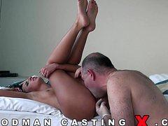 Зрелый мужик с женщиной в постели кувыркаются со стонами