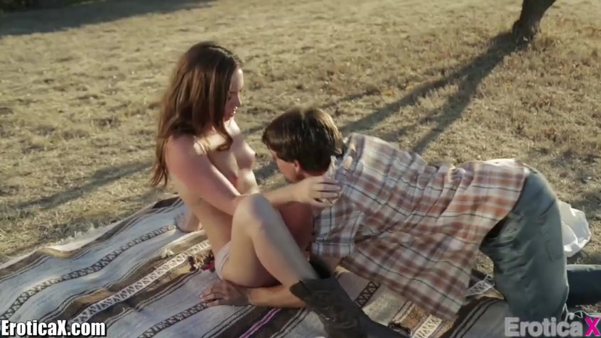 Молодежь кайфует на природе от секса