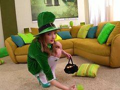 Зеленая фея теребит себе киску и дойки руками