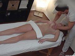 Горячий самец трахает после массажа стройную развратницу