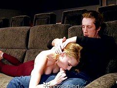 Тощая девушка переспала с другом в кинотеатре и кончила