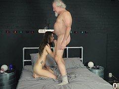 Молодая жена обслуживает старого мужа в кровати