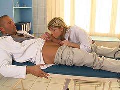 Стройная блондинка соблазнила доктора в кабинете
