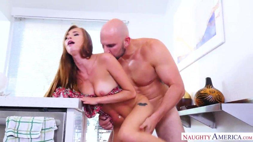 Лысый парень имеет подругу на кухне секс видео