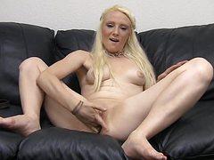 Похотливая блондинка отдается мужику на камеру
