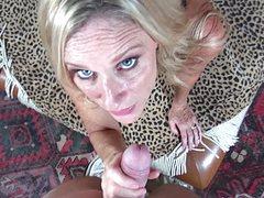 Озабоченная женщина схватила фаллос и трахает его дырками