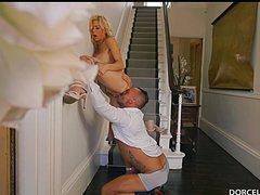 Страстный мужчина жарит тетку около лестницы