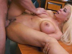 Роскошная блонда отдалась небритому на столе