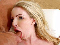 Опытный трахарь провел хуем по языку блондинки
