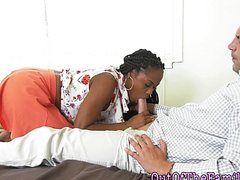 Негритянка с косичками ублажает белый член