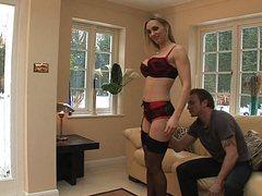 Грудастая жена дает двум мужикам в гостиной