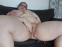 На диване как девушке самой довести себя до оргазма