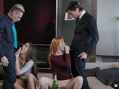Две подружки отдаются мужикам в гостиной на диване