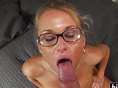 В рот и пизду ебут сучку в очках солидным пенисом