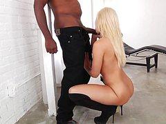 Чернокожий мужик кончил в блондинку во время классной ебли