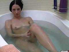 Молодая девушка ласкает себя в ванне и стонет