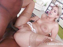 Сексуальная блондинка два черных члена обрабатывает на ура