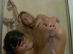 Молодые блондинка и брюнетка трахают попки в душе