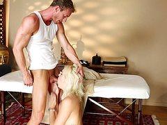 Делает расслабляющий эротический массаж девушкам в вагине