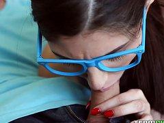 Парень жарко трахает девушку в очках на диване