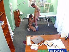Докторшу трахают в кабинете солидным агрегатом