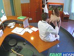 Ненасытный доктор грубо порет даму на столе