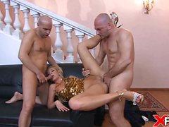 Яркая блондинка удовлетворила двух мужчин дырками