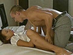 Красивые страстные партнеры отрываются на кровати по полной