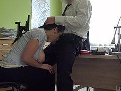 Молодую секретаршу ебут в жопу в офисе на столе