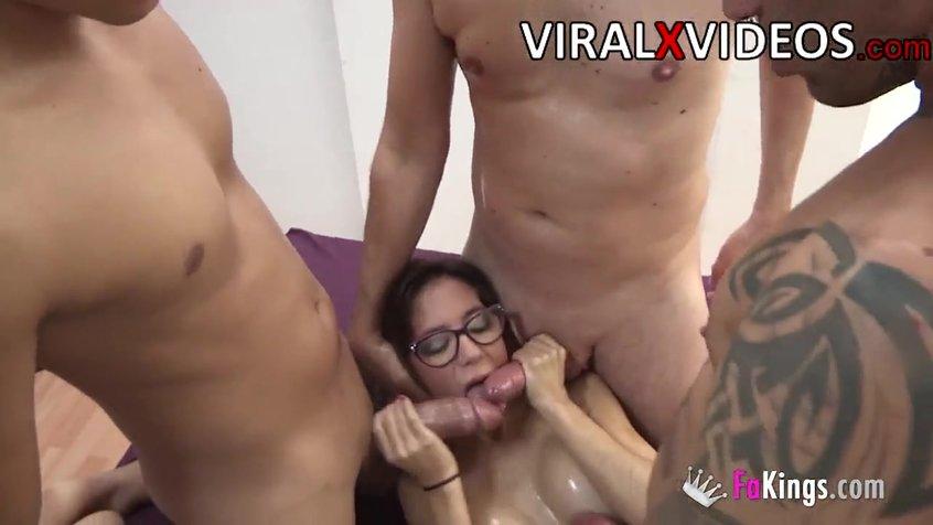 Очкастую сучку ебут, секс с престарелыми старушками порно видео
