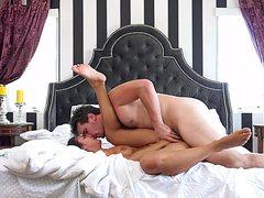 Зрелый ебарь оттрахал тело роскошное на кровати