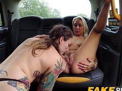 Женщины поебались голышом в салоне авто