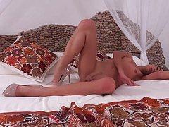 Красотка с сочным вареником шалит на кровати