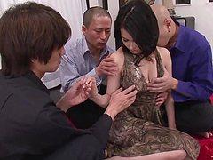 Молодая азиатка отдалась целиком троим развратникам