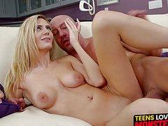 Стройные голые блондинки дают мужикам уверено