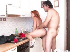 Взрослые супруги потрахались на кухне в письку