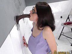 Негр кончил на красивое лицо через дырку в стене