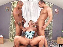 Три огромных пениса трахают белую тонкую сучку