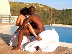 Чернокожий парень наяривает белую около бассейна