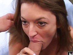 Крепкий большой член жарит девушку в рот второй хуй в писю