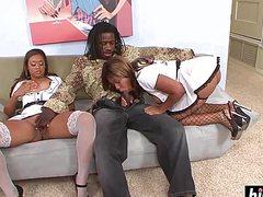 С большими жопами темнокожие бабы ублажают волосатого