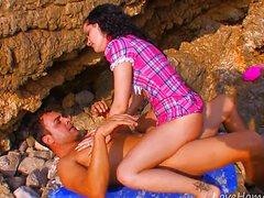 Кудрявую ебут в жопу на пляже большим хуем