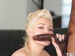 Очкастая блондинка в экстазе на черном члене