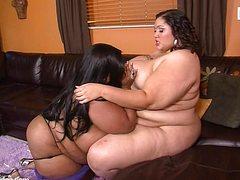 Двух жирных дам жарит негр членом