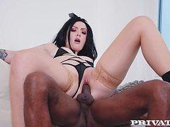 Милая белая куколка наслаждается огромным черным пенисом