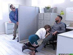 Сочные широкие бедра голые раздвинутые ноги на работе