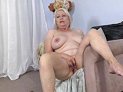 Полная баба мастурбирует дома в кресле