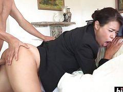 Горячий мужик сует член в рот взрослой женщине