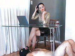 Голый озабоченный лижет ноги девушке под столом